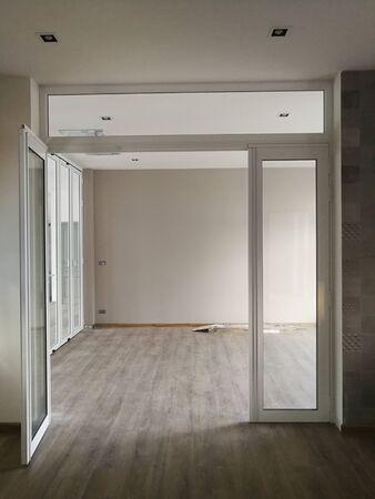 Modèle de verre en aluminium moderne sur le fond architectural Banque d'images