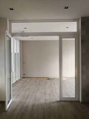 Nowoczesny wzór szkła aluminiowego na tle architektonicznym Zdjęcie Seryjne