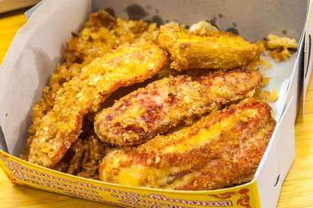 fried bananas: Los pl�tanos fritos en caja blanca - Thai Snack