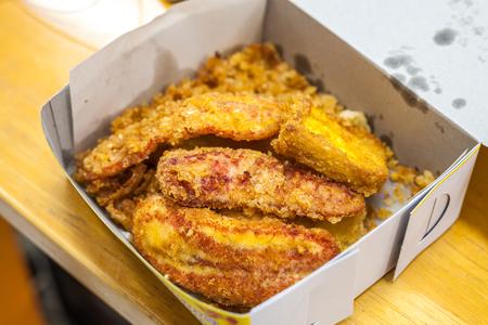 platanos fritos: Los plátanos fritos en caja blanca - Thai Snack