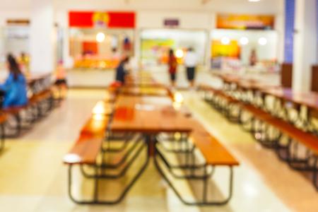 beeld van de cafetaria vervagen in de universiteit en zonlicht