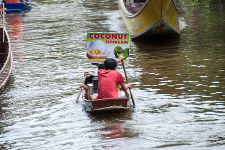 RATCHABURI, THAILAND-SEPTEMBER 28: Damnoen Saduak Floating Market on September 28,2016 in Thailand. Having many small boats laden with Souvenir shop, colourful fruits, vegetables and Thai cuisine. Editorial