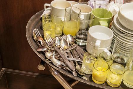 lavar platos: Dishwashing Bright dishes in the kitchen sink