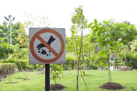 littering: No littering sign in a garden.