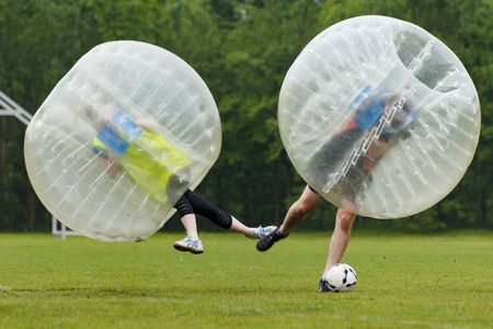 люди: Bubble футбол в смешной момент. Концепция: развлечения, спорт Полет Фото со стока