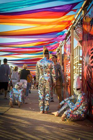 Neversea, Rumänien, 4. Juli 2019: Spiegeltänzer beim Neversea Music Festival