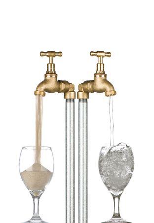 waterbesparing: 2 kranen met water afkomstig uit een en zand anderzijds. Conceptuele afbeelding voor waterbescherming  droogte enz.