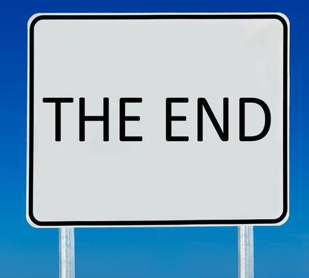 the end: Das Ende-Zeichen auf einem abgestuften blauen Himmel isoliert.