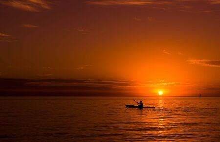 Kayak en la puesta de sol en el océano. Foto de archivo - 5774275