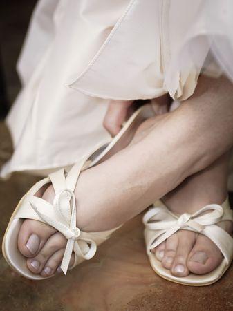 sexy f�sse: Eine Braut, setzen auf Ihre Schuhe am Morgen ihrer Hochzeit.