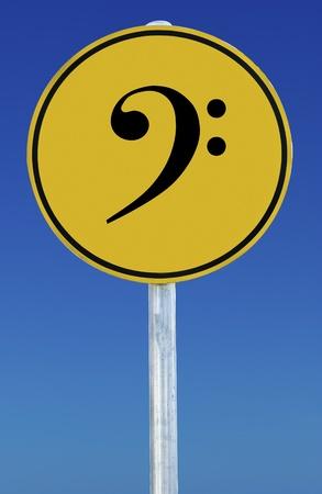 clave de fa: Signo de Bass Clef aislado en un cielo azul de graduados.