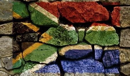 ilustraciones africanas: La bandera sudafricana pintado sobre un muro de piedra.