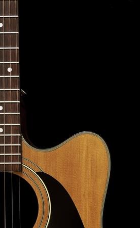 guitarra acustica: Hermosa forma y color del cuerpo de la guitarra y fretboard aislados en negro.