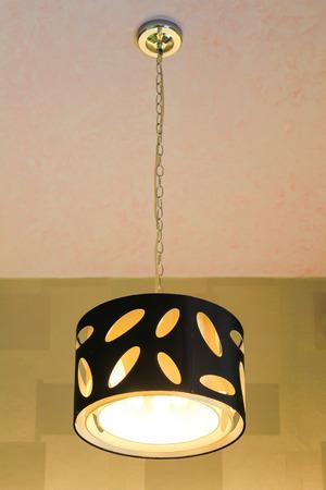 Moderne hanglamp op het plafond.