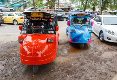 MOTORIZADO: Ayutthaya Tailandia - 30 de julio de 2015: Pareja rickshaws Auto, triciclos motorizados parque para los viajeros de espera en Wat Chaiwatthanaram. Editorial