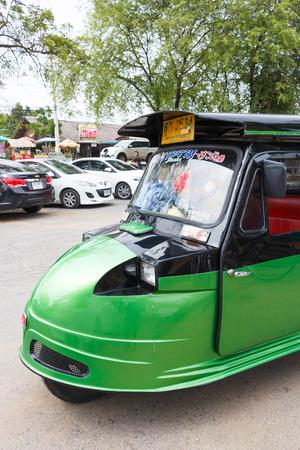 motorizado: Ayutthaya Tailandia - 30 de julio de 2015: Verde carrito auto, parque triciclo motorizado para los viajeros de espera en Wat Chaiwatthanaram. Vista lateral. Editorial