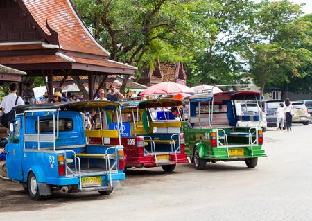 motorised: Ayutthaya Tailandia - 30 de julio de 2015: Tres Carritos autos, triciclos motorizados aparcar a los viajeros esperando en Wat Chaiwatthanaram. Vista trasera. Editorial