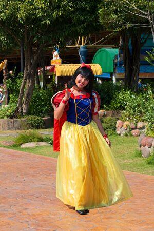 Pathumthani, THAILAND - December 11, 2017 : Snow white girl show in Dream world, amusement park in Thailand. Reklamní fotografie - 136770240