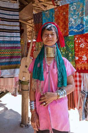 Mae Hong Son, Thailand - february 9, 2019:  Long Neck  woman welcome the tourists at Long Neck village Baan Huay Sua Thao. Redakční