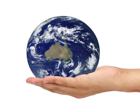 vida social: mano que sostiene la tierra aislada en el fondo blanco. Los elementos de esta imagen proporcionada por la NASA