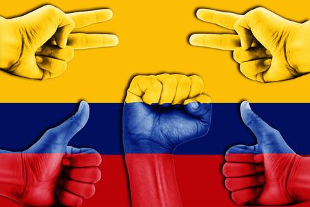 bandera de colombia: manos en Colombia fondo de la bandera