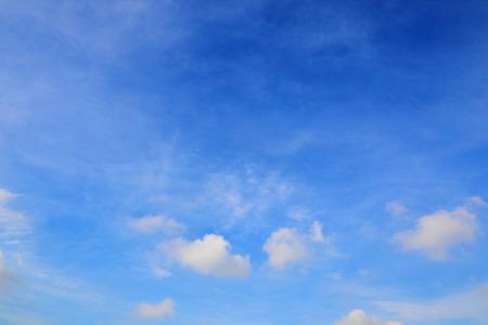 青空: 青い空を背景 写真素材
