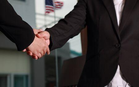 Geschäftsfrauen für Geschäftsbeziehung Handshaking