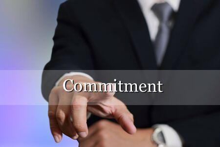 compromiso: El hombre de negocios muestra de la mano de tocar el compromiso en la pantalla virtual como concepto de compromiso. Foto de archivo