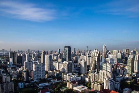 雲と青空の下で都市の景観。