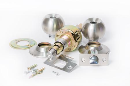 componentes: Cierre de acero inoxidable bola redonda componentes Botón de puerta aislada estructura fondo blanco como concepto de cerrajería. Foto de archivo