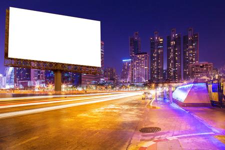 panneau blanc sur les chemins lumineux, rue et urbain dans la nuit - publicité pour affichage ou produit de montage ou entreprise Banque d'images