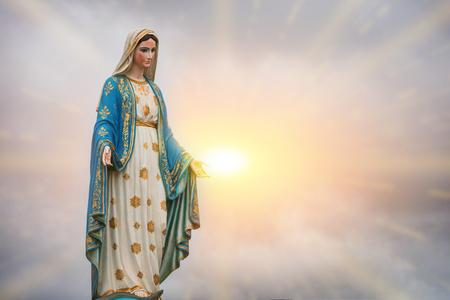 Virgin Mary standbeeld en zonsondergang in de katholieke kerk Chanthaburi provincie, Thailand. Stockfoto