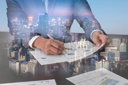 Doppia esposizione dei grafici di rassegna dell'uomo d'affari, paesaggio urbano, urbano nella notte e nel giorno come concetto di analisi e di affari. Archivio Fotografico - 91390017