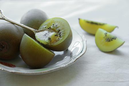 kiwi fruta: El kiwi placa de oro de la vendimia con la cuchara de plata Foto de archivo