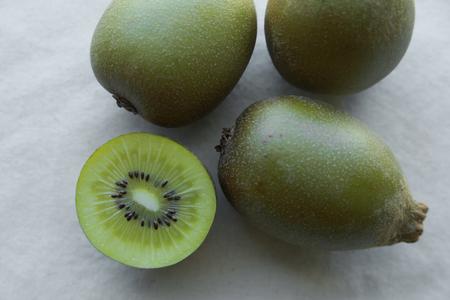 kiwi fruta: la mitad de toda Kiwi Oro Foto de archivo