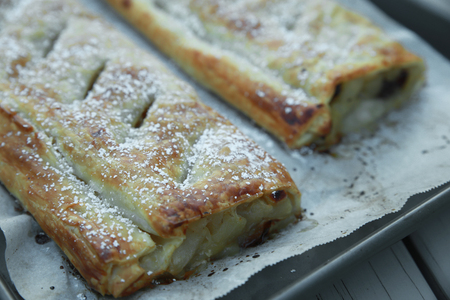 tarta de manzana: Homemade Apple strudel on baking tray Foto de archivo