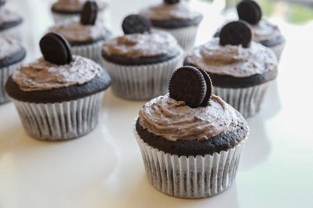 Házi csokoládé cupcakes cookie tejszín fagyosan Stock fotó