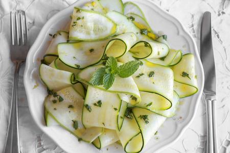 Go Green, cukkini cukkini saláta mentával citromos öntettel, szelektív összpontosít