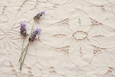 라벤더 꽃, 빈티지 필터와 흰 꽃 린넨 자 수 직물 배경