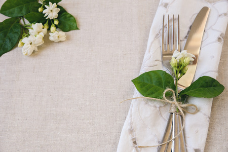 흰색 꽃 테이블 설정 복사 공간 배경, 선택적 포커스, 토닝