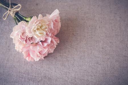 Rózsaszín szegfű csokor copy space háttér