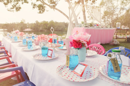 Alice in wonderland Mad Hatters tea party table setting,toning Banque d'images