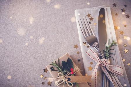 Karácsonyi asztal hely beállítása, ünnepek másolása tér tündér fény tónusos háttér Stock fotó