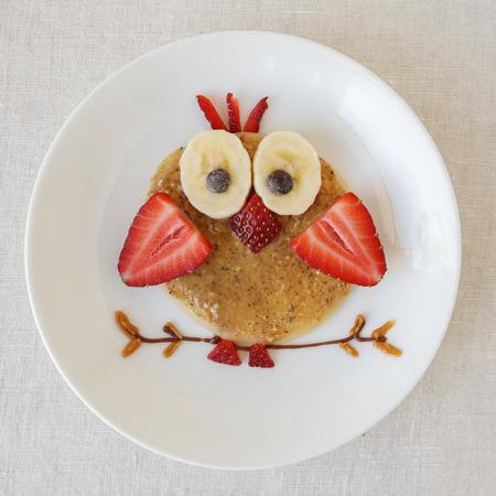 올빼미 팬케이크 아침 식사, 아이들을위한 재미있는 음식 예술 스톡 콘텐츠
