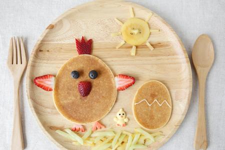 부활절 닭과 병아리 팬케이크 아침 식사, 아이들을위한 재미있는 음식 예술