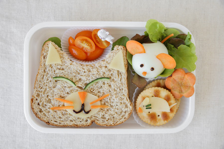 고양이와 마우스 도시락 상자, 아이들을위한 재미있는 음식 예술 스톡 콘텐츠