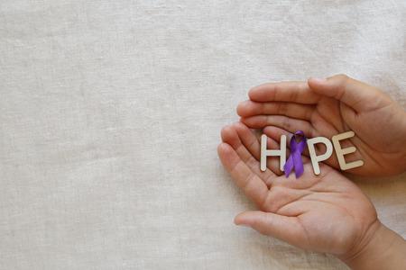 보라색 리본, 사본 공간 배경, 알츠하이머 병, 췌장암, 간질 인식, Hodgkin의 림프종 인식으로 희망을 잡고 손 스톡 콘텐츠