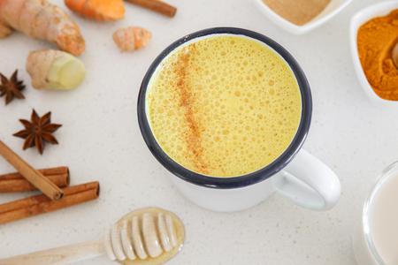 A kurkuma latte, Arany tej, kurkuma tej készült kurkuma, mandula nyérc, fahéj, gyömbér és a méz, egészséges csípő ital