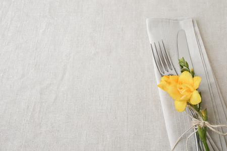 Sárga virágok táblázat beállítás másol hely háttér, szelektív fókusz,