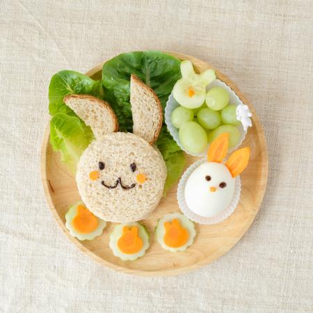 토끼 점심 접시, 아이들을위한 재미있는 음식 예술 스톡 콘텐츠